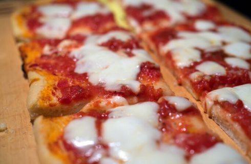 Pizza di pane raffermo, la ricetta di Cotto e mangiato