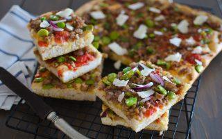 Pizza fave e salsiccia: ricca e saporita