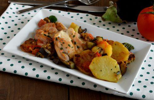 Pollo con patate e melanzane in padella: secondo piatto saporito