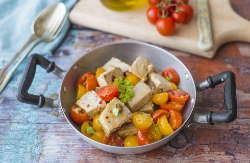 Spezzatino di tonno con pomodorini gialli e rossi: sapore mediterraneo
