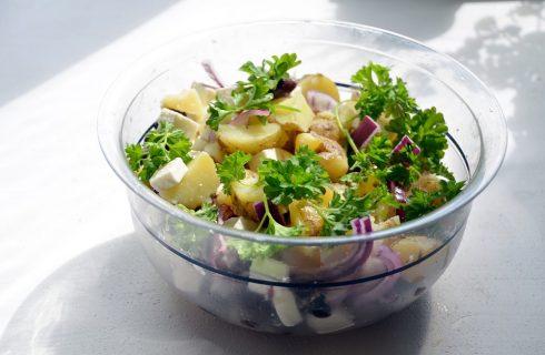 L'insalata di pollo e patate con la ricetta estiva e facile