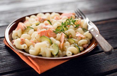 La ricetta della pasta fredda con zucchine e salmone