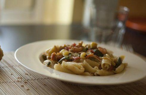 La ricetta della pasta fredda con zucchine e speck per i pranzi al mare