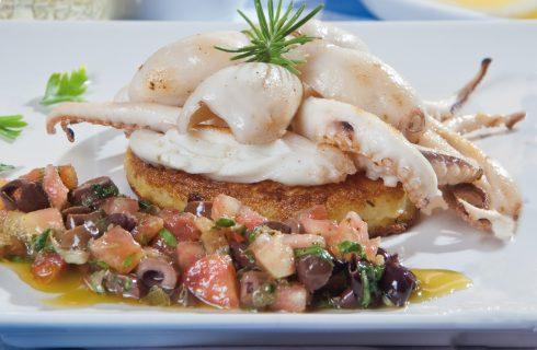 Polpo grigliato su galletta di patate e limone con battuto di capperi, olive e pomodoro