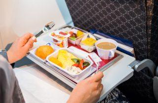Consigli di viaggio: cosa mangiare e bere in aereo per non stare male