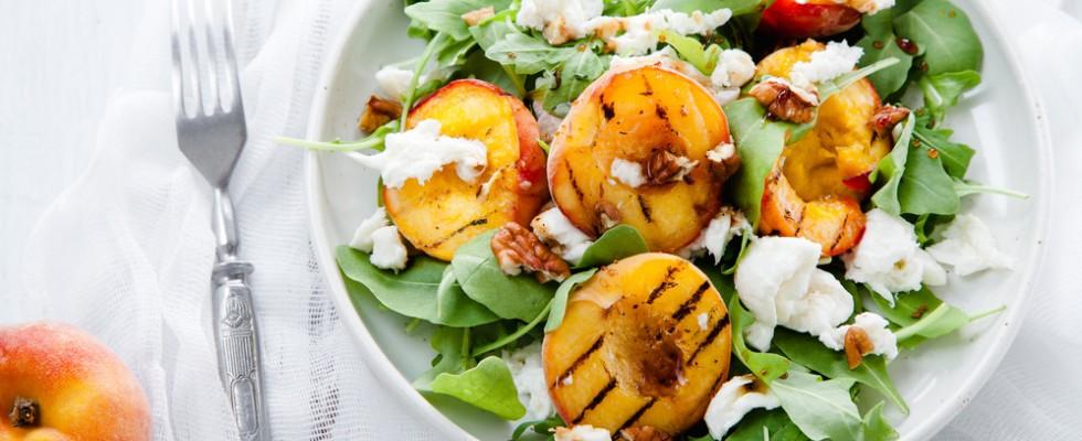 Pesche: 4 insalate con la frutta estiva