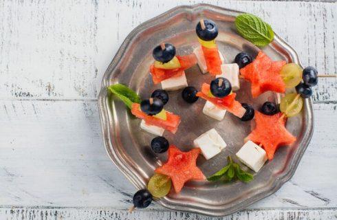 Spiedini di frutta fresca estivi, la ricetta fresca