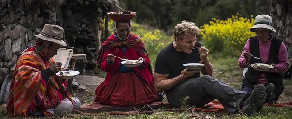 Il nuovo programma di viaggi e cibo di Ramsay fa rimpiangere Bourdain: ecco perché