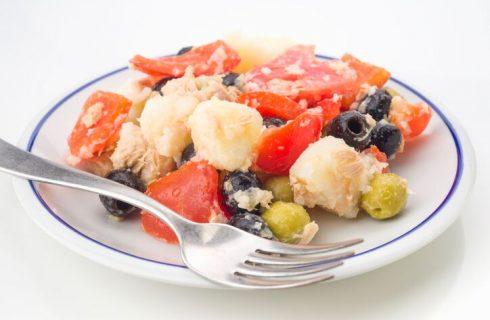 Insalata di patate tonno e olive per il pranzo estivo