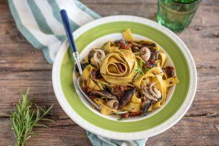 Pappardelle con funghi e calamari: primo piatto per l'autunno