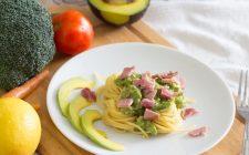 La ricetta della pasta con crema di avocado e pancetta