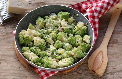 Broccolo romano in padella con guanciale e pecorino: contorno ricco