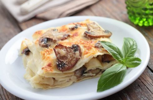 Lasagne con salsiccia provola e funghi, la ricetta della Prova del Cuoco