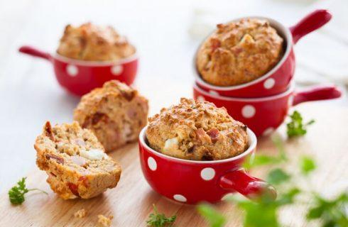 Muffin salati prosciutto e formaggio, la ricetta veloce