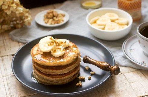 La ricetta dei pancake proteici avena e banana per la colazione
