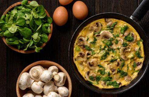 Pizza di frittata con funghi e mozzarella: la ricetta di Cotto e Mangiato