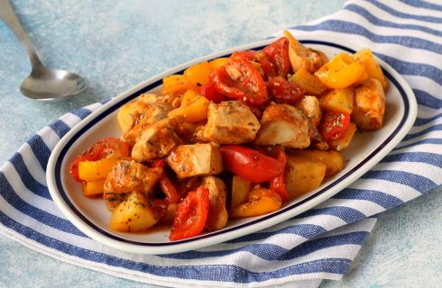 Spezzatino di pollo con peperoni e patate: cremoso ed economico