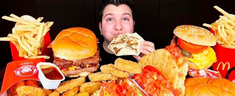 Lo youtuber che divora quantità assurde di cibo (e poi piange): Nikocado Avocado