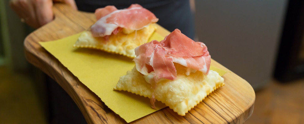 Dove mangiare lo gnocco fritto: una guida da Nord a Sud