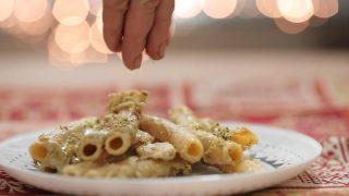 Pasta al forno con gamberi, salmone e pistacchi per le feste