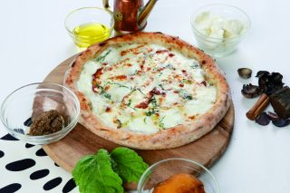 Pizza al tartufo nero, porcini e bufala