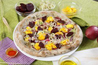 Pizza con verza, cipolla di Tropea e mozzarella allo zafferano