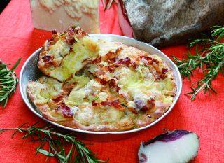 Pizza cresciuta con cipolle guanciale e pecorino