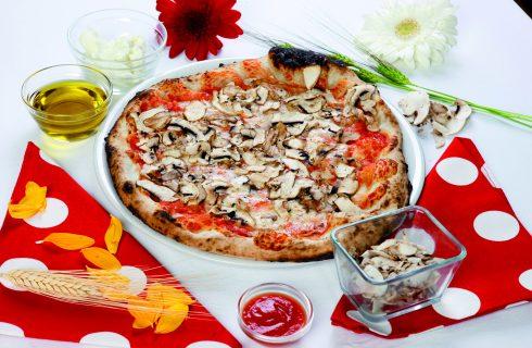 Pizza rossa con funghi champignon