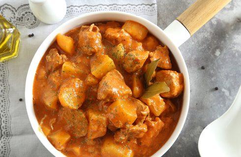 Spezzatino di vitello e patate in pentola a pressione: pronto in 40 minuti