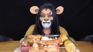 La youtuber che mangia in video truccandosi come un personaggio famoso: Eat with Que