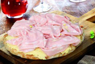 Pizza con crema di ceci e mortadella