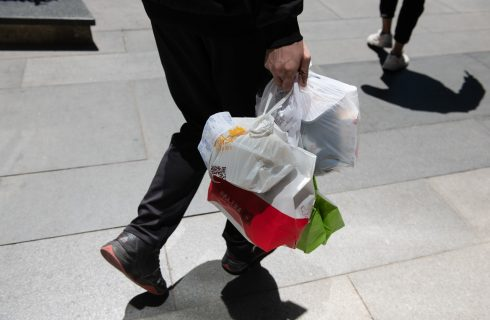 Tradotto per voi: le app di delivery sommergono di plastica la Cina