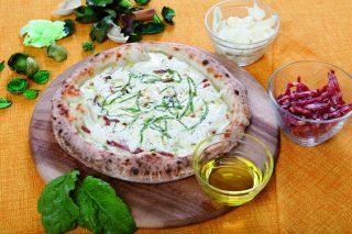 Pizza fiordilatte, mozzarella di bufala e salame Napoli