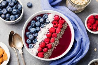 Acai bowl: cos'è, come si prepara e i topping più invitanti
