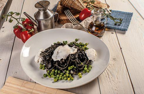Spaghetti con seppie, piselli e pecorino