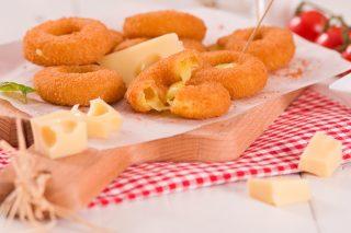 Anelli di cipolla e formaggio: da sgranocchiare