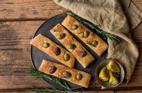 Focaccia alle olive: ecco come si prepara
