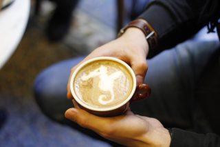 Latte Art: disegnare un mondo su una tazza (da mettere su Instagram)