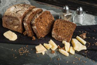 Pane scuro al formaggio, fatto in casa