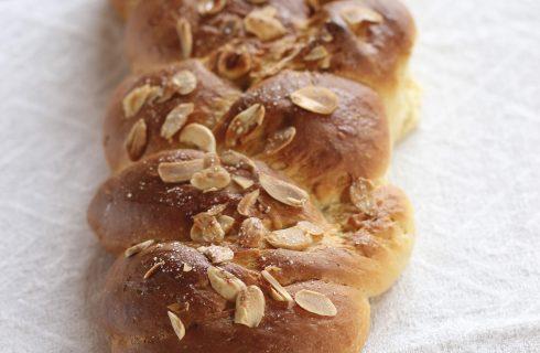 Treccia di pan brioche con mandorle al bimby
