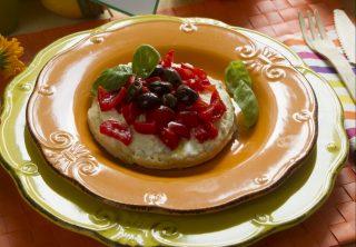 Tortine salate con burrata, pomodorini e olive taggiasche