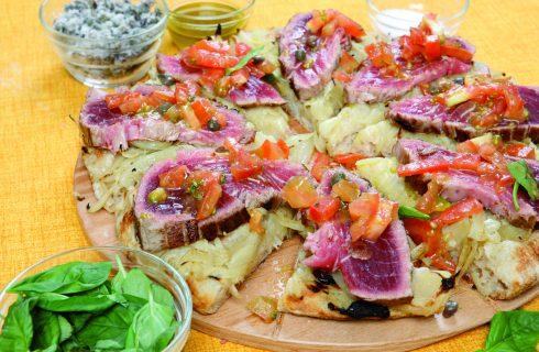 Pizza in teglia con cipolle e tonno fresco