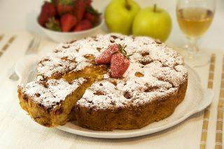 Torta di fragole e mele al profumo di limone