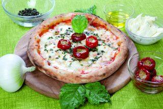 Pizza alla cipolla ramata di Montoro e peperoncini al tonno