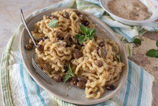Pasta aglio, olio, peperoncino, olive e pane grattugiato