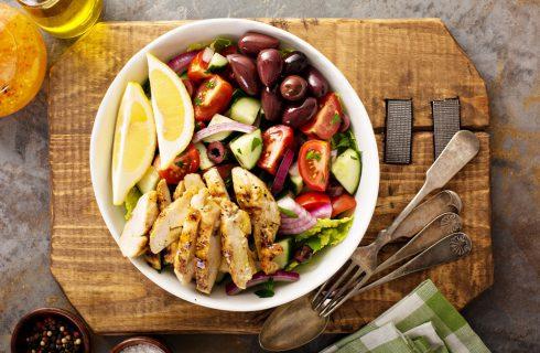Insalata greca con pollo, fresca e leggera