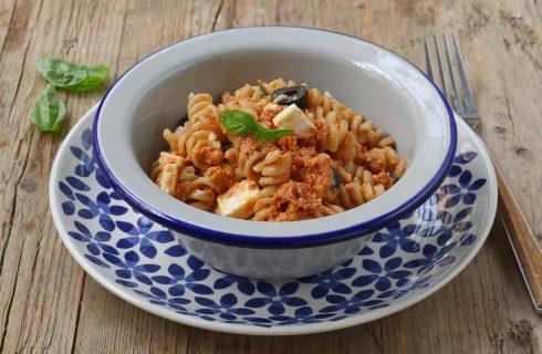 Pasta fredda con pesto di pomodori secchi: aggiungi feta e olive per raggiungere la perfezione