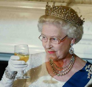 God Save the Gin: la Regina Elisabetta ha lanciato il suo distillato