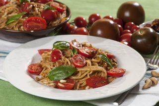 Spaghetti al pesto di quattro pomodori: è arrivata l'estate