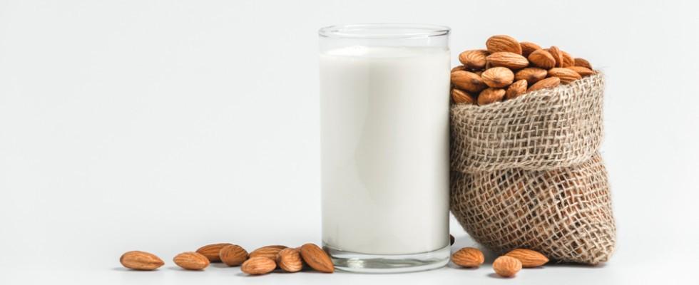 Come scegliere il latte di mandorla giusto per te